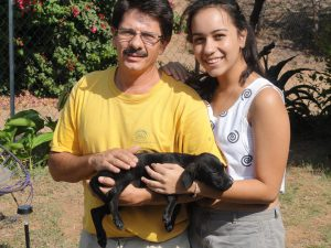 Happy family with new puppy - Una familia feliz con su nuevo perrito